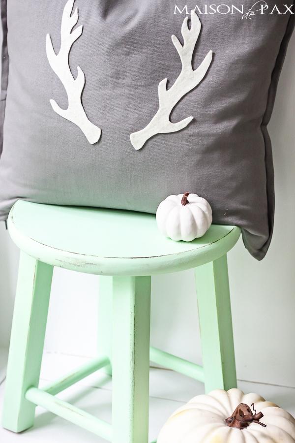 adorable fall or winter pillow and SO easy! via maisondepax.com #tutorial #diy #antler #fall #christmas