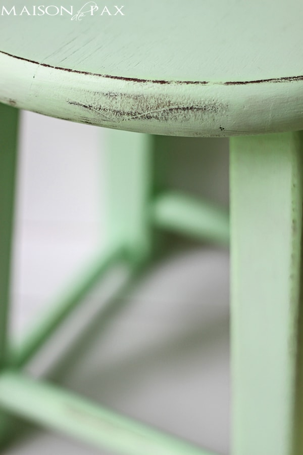 Such an adorable little stool! Great tutorial to make your own little mint stool via maisondepax.com #diy #paint