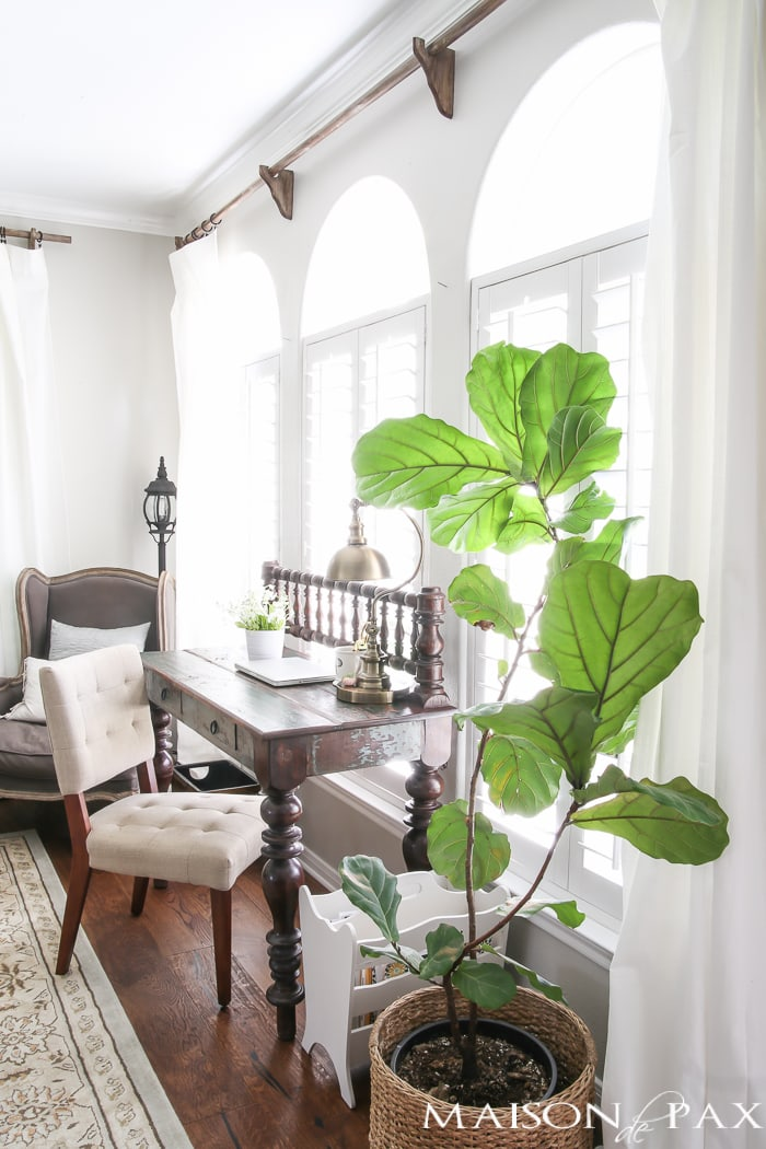 Love that fiddle leaf fig! Beautiful summer home tour with lots of whites, raw wood tones, and simple summer decorating ideas - Maison de Pax