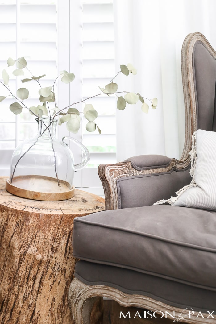 Love the raw wood trunk side table! Beautiful summer home tour with lots of whites, raw wood tones, and simple summer decorating ideas