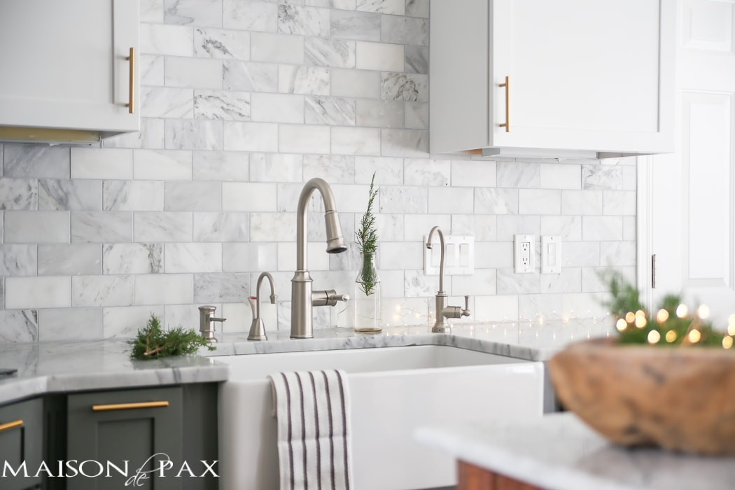 Gorgeous two-tone kitchen design with white upper cabinets, gray lower cabinets, carrara marble counters and marble subway tile backsplash - Maison de pax
