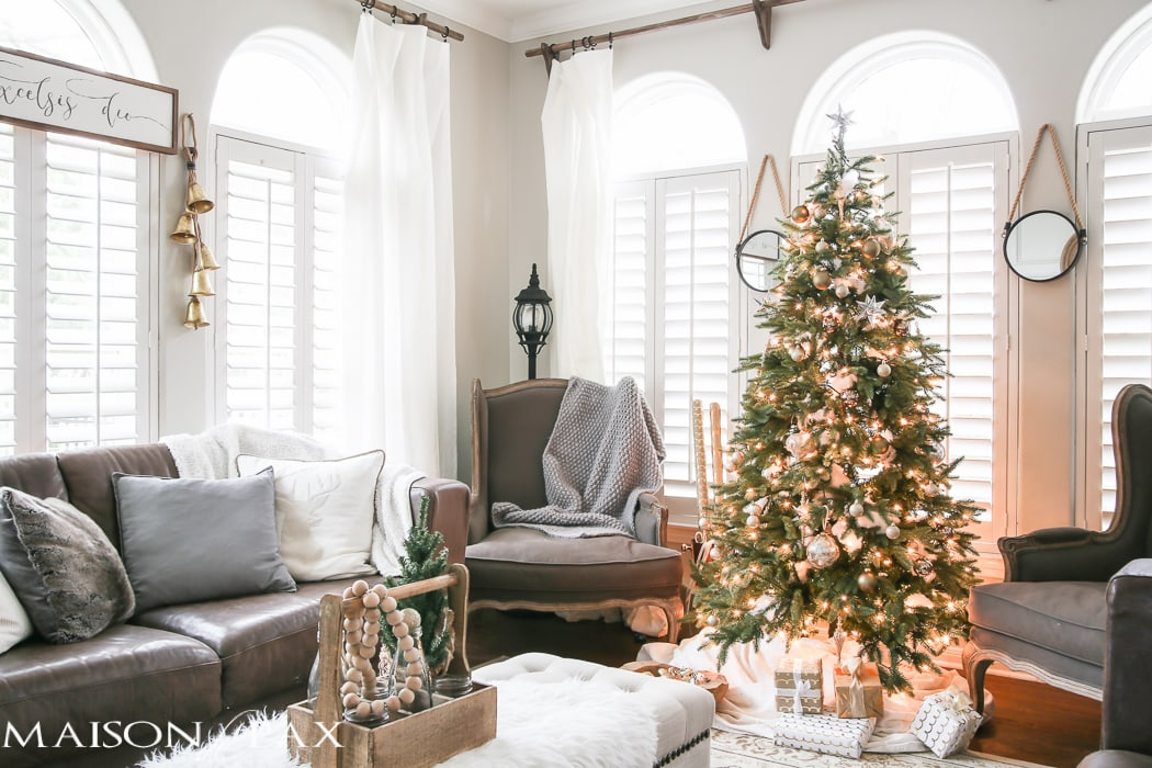 Green and white christmas decorating ideas maison de pax - Christmas living room decor ...