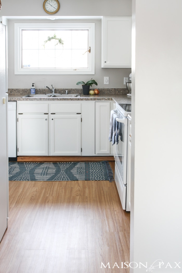 Looking for a great DIY budget alternative to linoleum? Try vinyl flooring for an affordable option for high traffic areas. This tutorial will walk you through how to install a vinyl flooring!