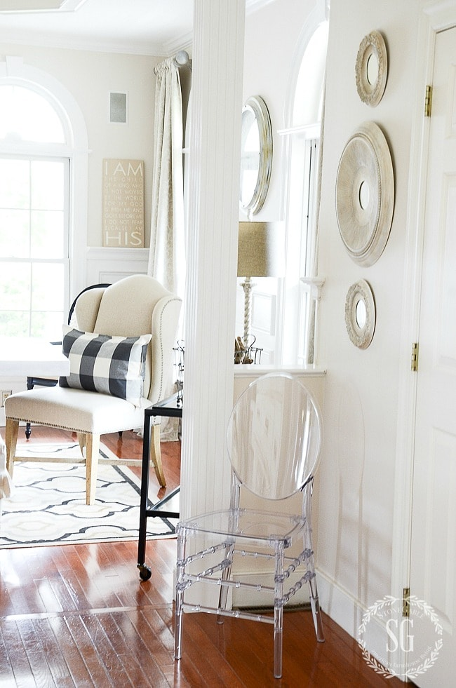 Crisp, white traditional farmhouse dining room: so many beautiful decorating ideas!