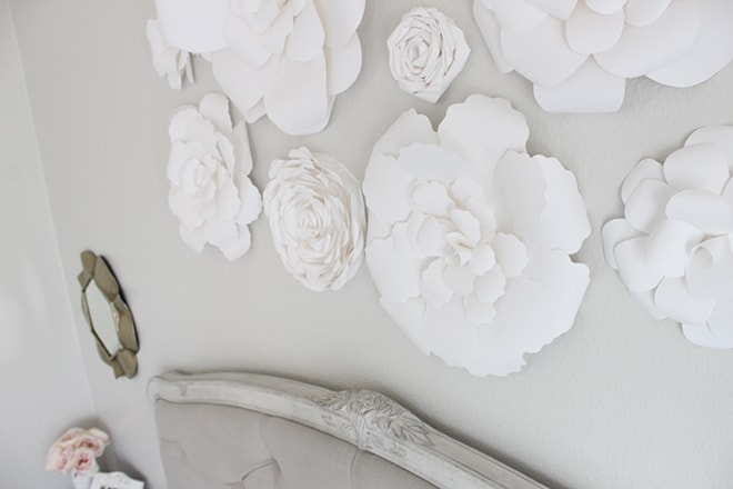 Tips for using florals in your home: Fresh flowers can be expensive and short lived... but they're not the only way to decorate with flowers! Don't miss these creative tips for decorating with florals!