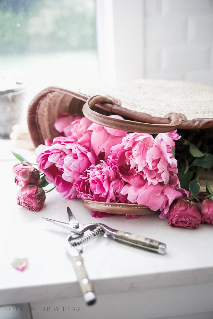 French vintage style: market baskets with flowers. Get more tips on how to get the look!