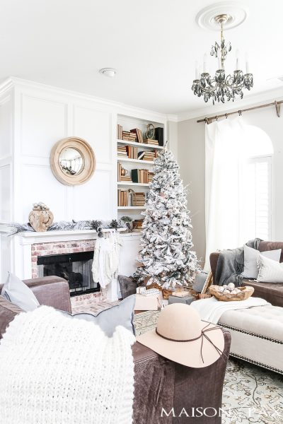 white Christmas decor with touches of blush #holidaydecor