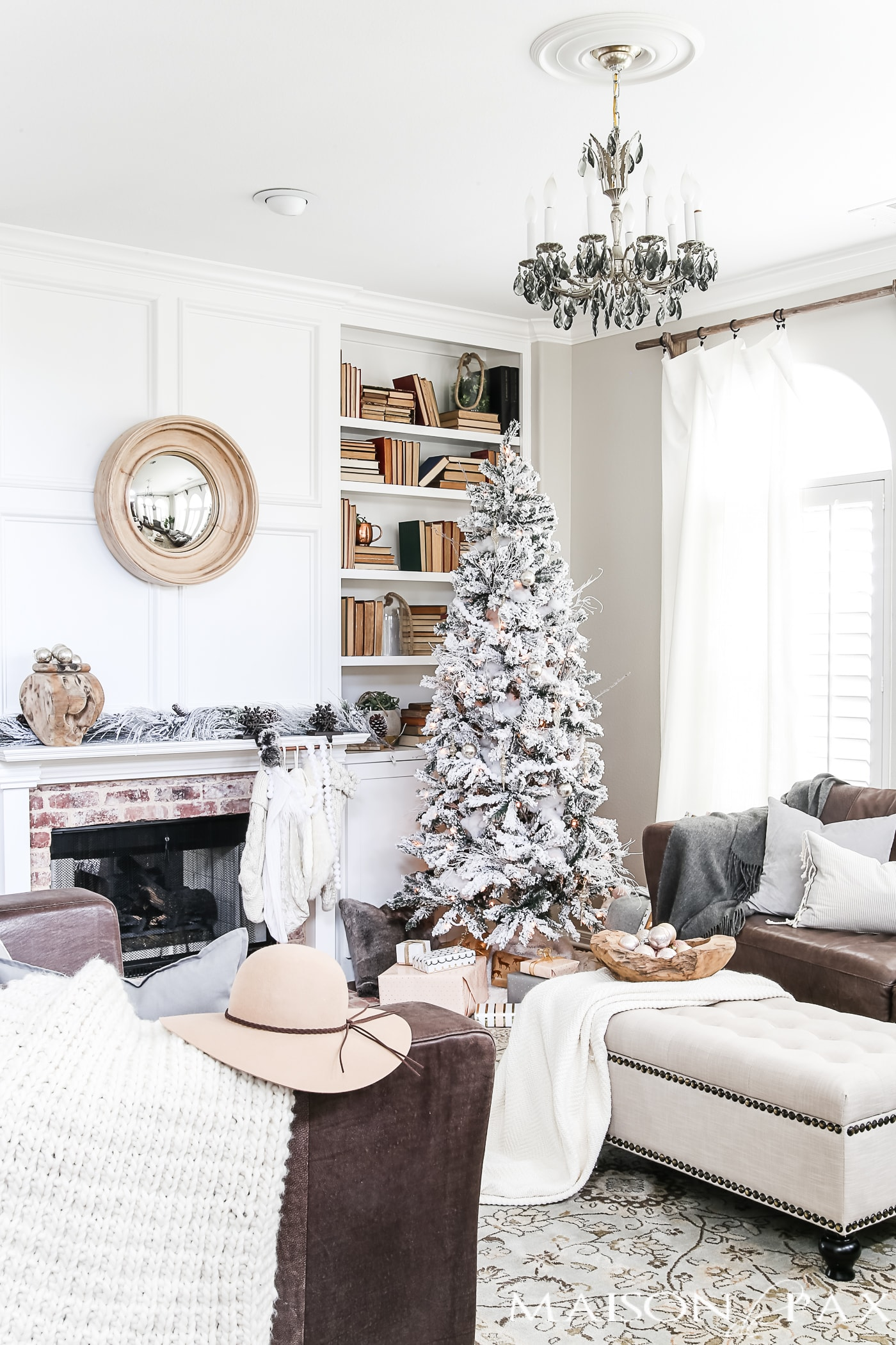 whites, creams, and touches of blush create neutral holiday decor in this Christmas living room #holidaydecor