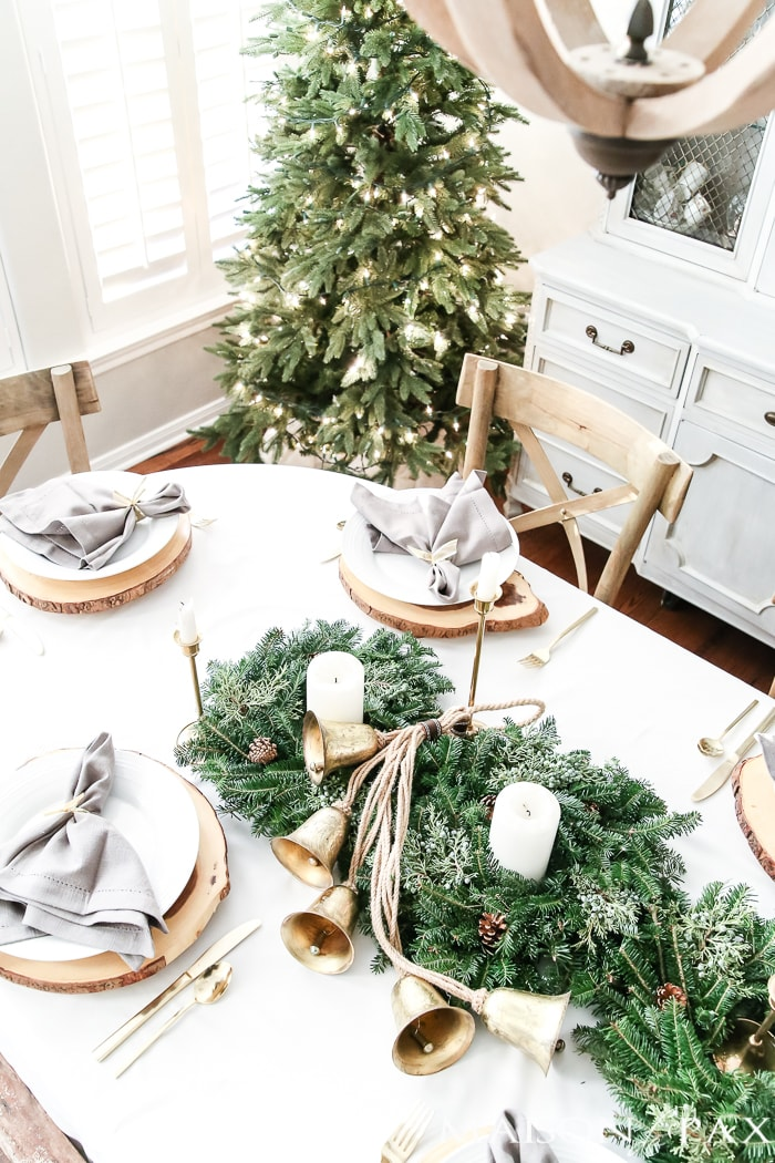 wood slice chargers give this elegant christmas table a rustic edge christmastable - Green Christmas Table Decorations