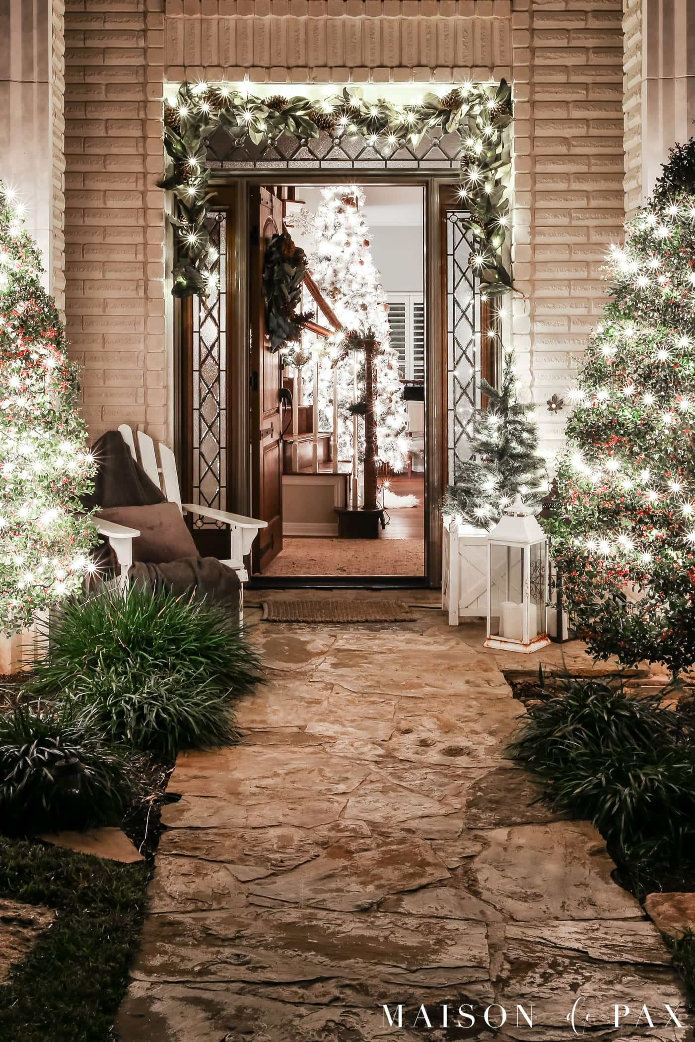 classic entry lit up for holidays: gorgeous Christmas lights at night in these 25+ home tours #christmasnightstour #holidayhometour #christmaslights