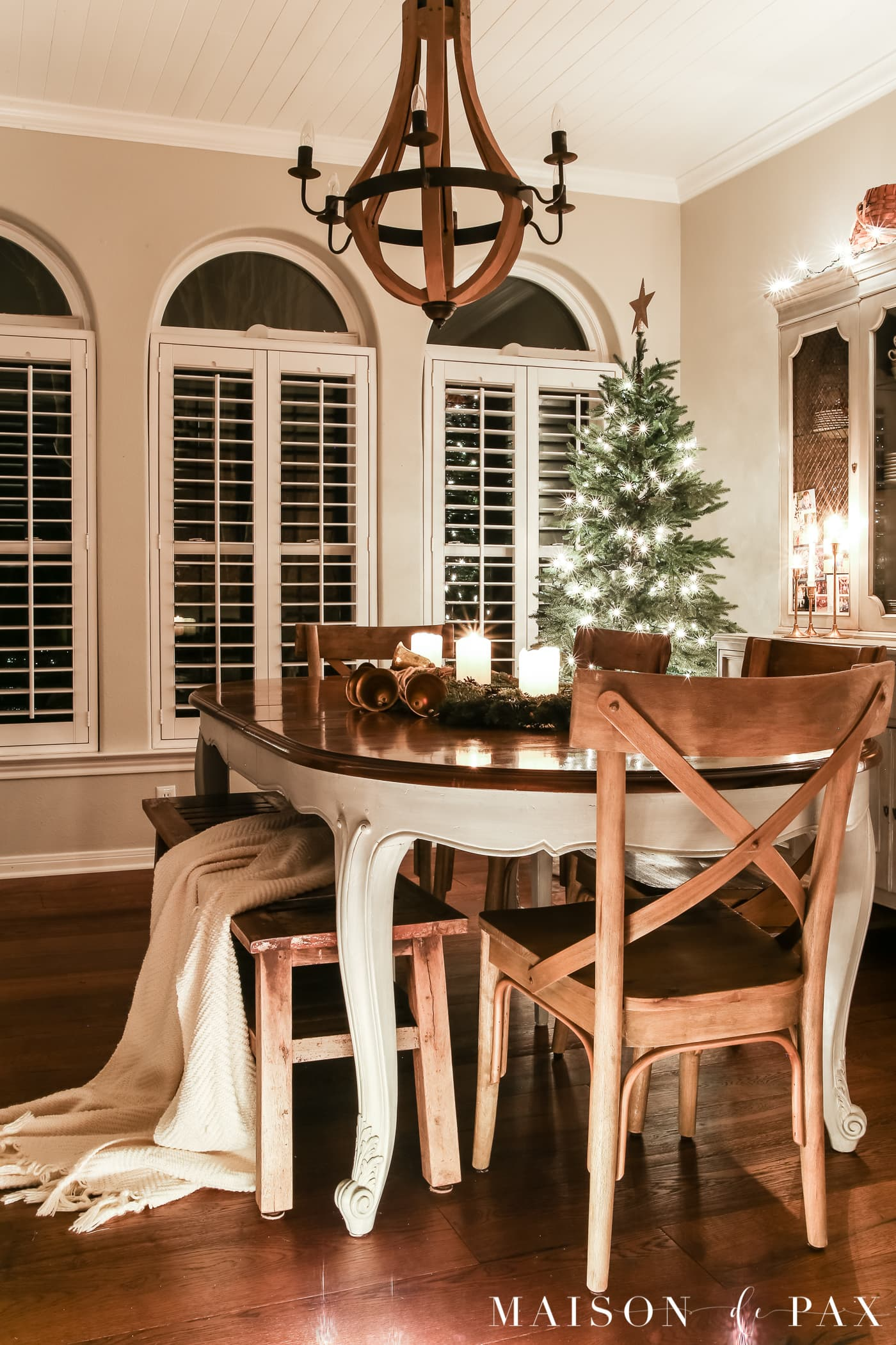 simple farmhouse dining space: gorgeous Christmas lights at night in these 25+ home tours #christmasnightstour #holidayhometour #christmaslights