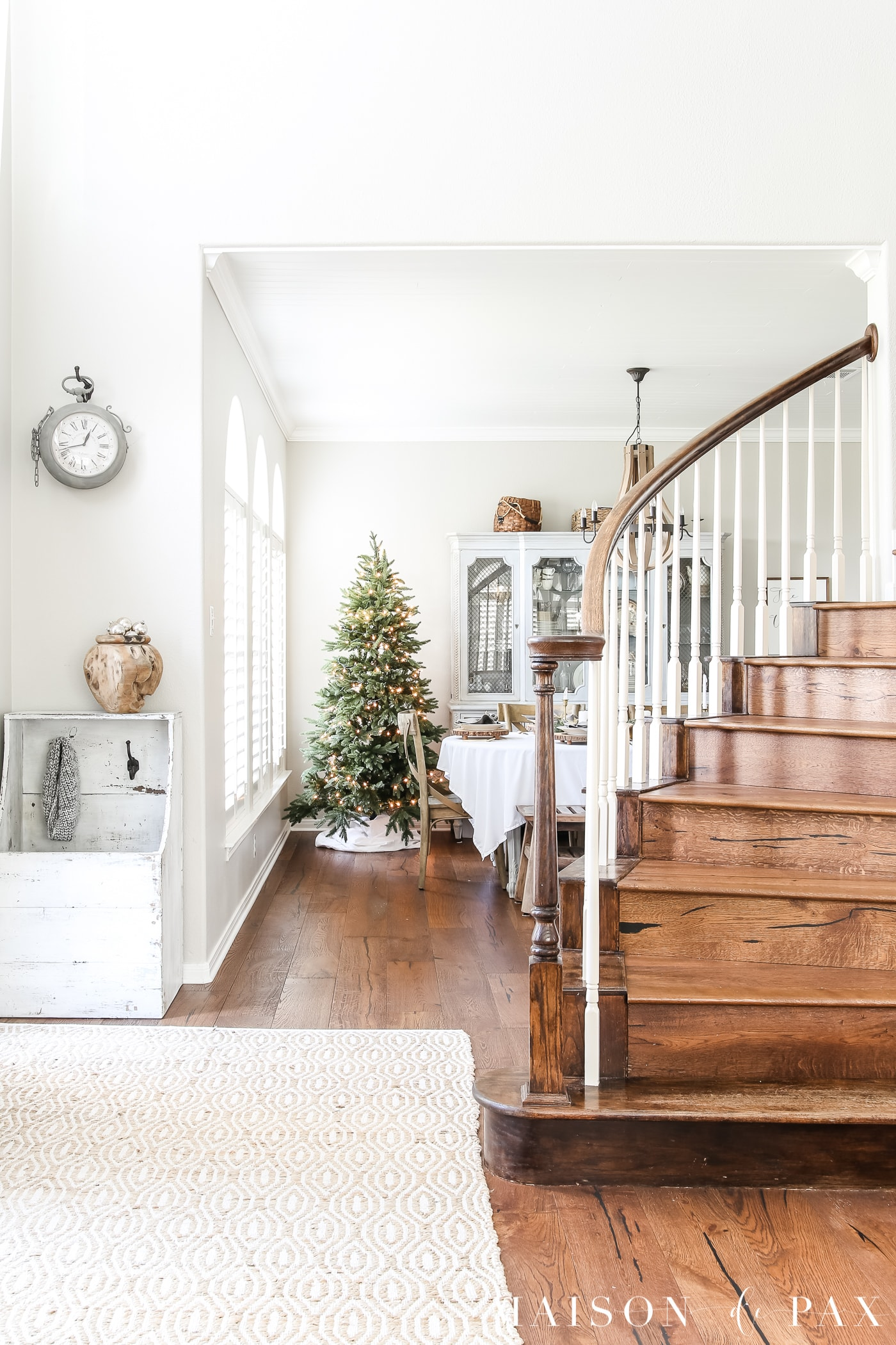 simple neutral holiday decorating ideas #holidaydecorating