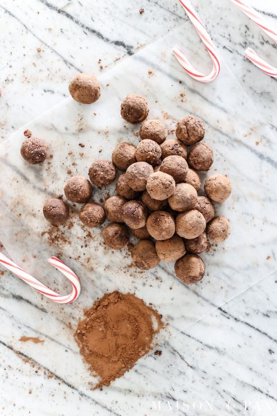 These peppermint truffles are not only delicious and decadent, they could almost be called healthy. Packed with energy and made from dates and other natural ingredients (like a homemade Larabar), these mint chocolate bites will leave you guilt free this holiday season! #healthytreat