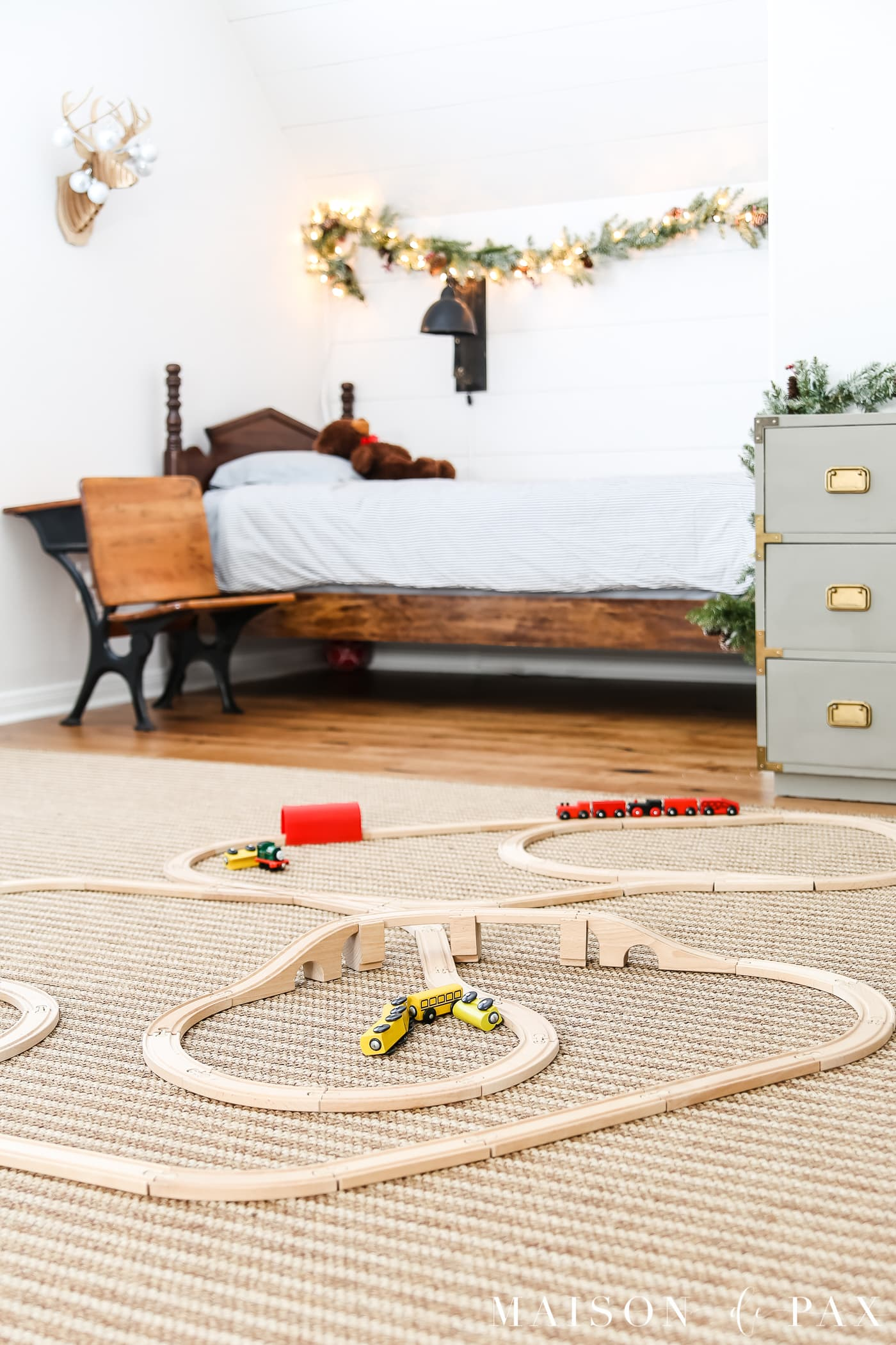 simple holiday decorations in a kid's room #kidChristmas