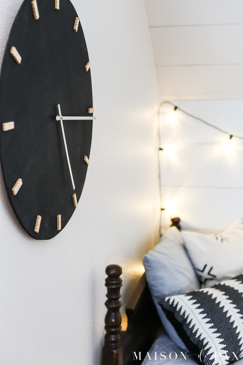 Love this black and wood wall clock!  Learn how to make this DIY black and wood giant wall clock for cheap! #wallart #diywallart #diyclock #wallclock #giantclock #modernfarmhouse #neutraldecor #kidsroom #boyroom #modernfarmhouse #blackandwhiteinteriors