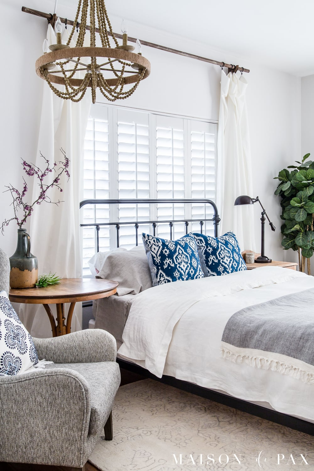 Looking to add a seasonal touch to your bedroom?  Don't miss these incredibly simple master bedroom decorating ideas for spring! #springdecor #springbedroom #nightstand #modernfarmhouse