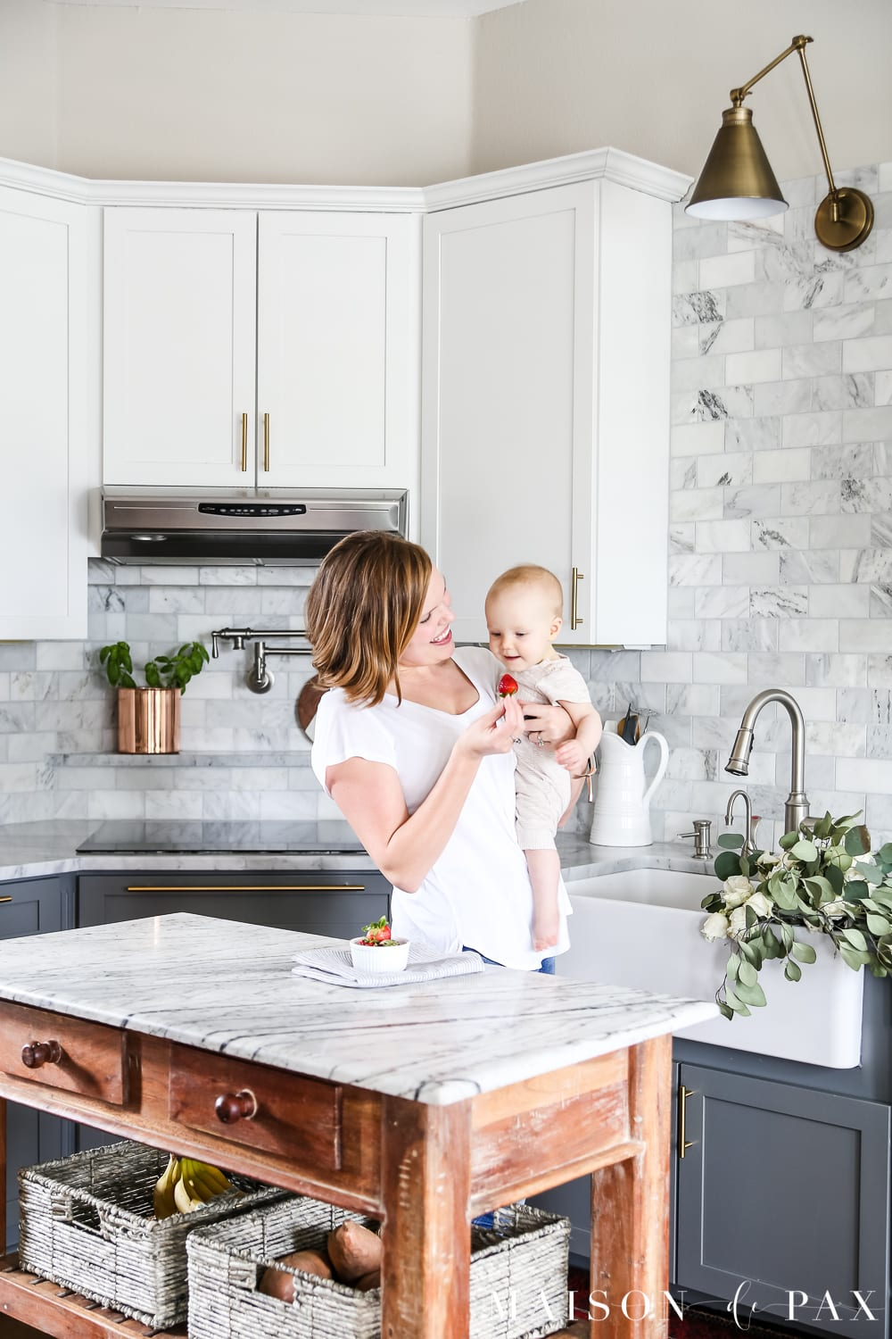 Looking for simple spring kitchen inspiration?  Get quick tips on adding a fresh, clean feeling to your kitchen this spring. #springkitchen #kitcheninspo #marblekitchen #kitchendesign #springdecor #springdecorating #kitchendecor #twotonekitchen