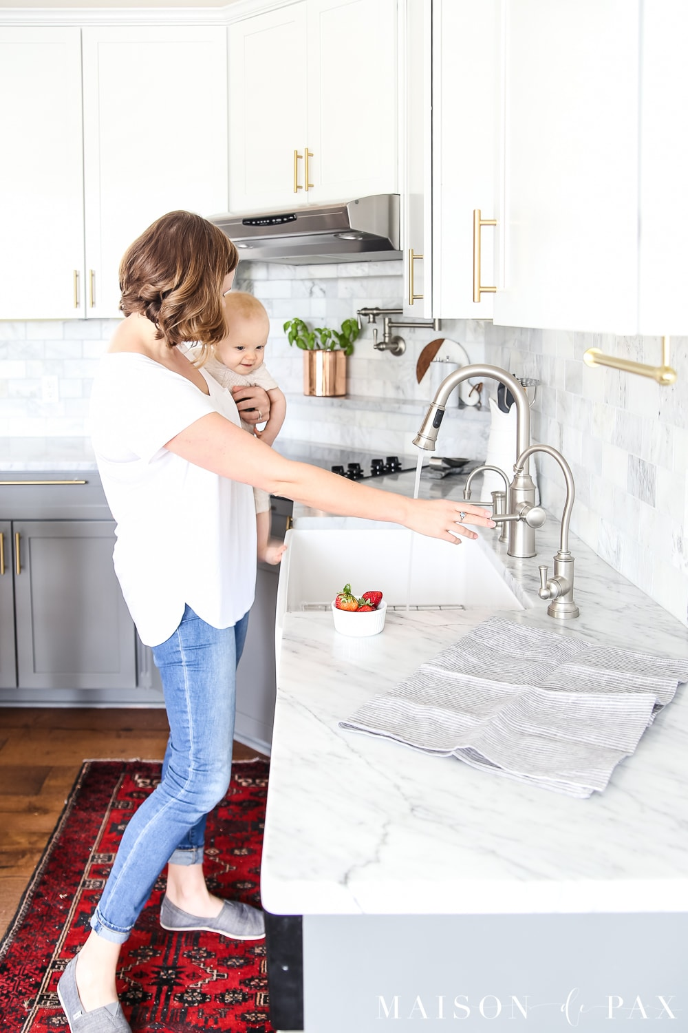 Simple spring kitchen: Don't miss these five ways to refresh your kitchen for spring without buying anything new! #springkitchen #kitcheninspo #marblekitchen #kitchendesign #springdecor #springdecorating #kitchendecor #twotonekitchen