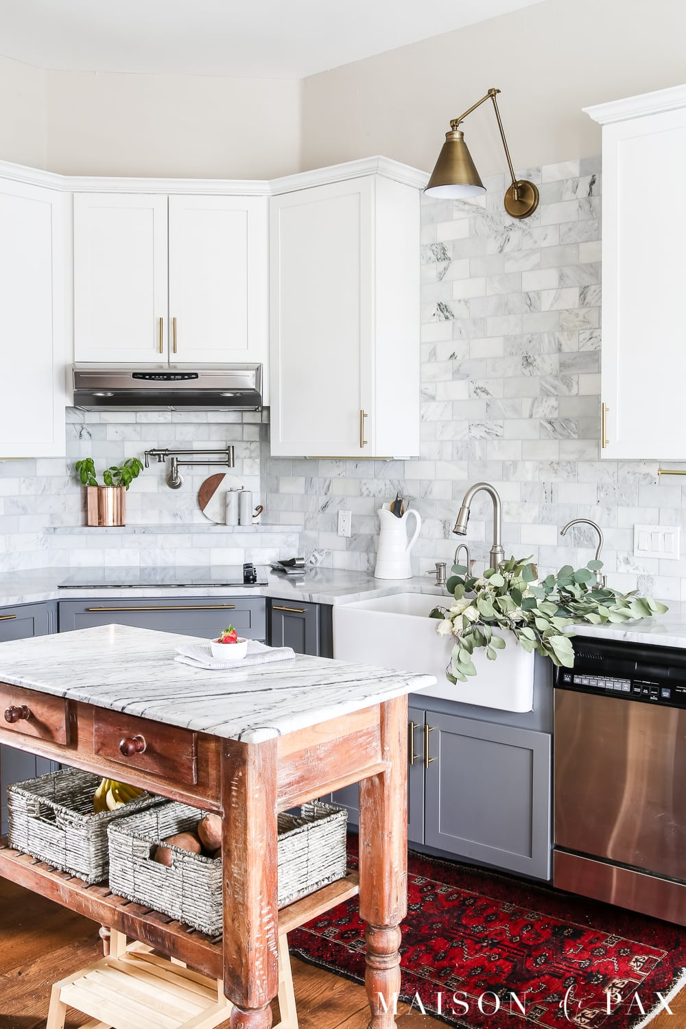 Spring Kitchen Refresh: Get 5 easy tips to spruce up your kitchen for spring without buying new stuff! #springkitchen #kitcheninspo #marblekitchen #kitchendesign #springdecor #springdecorating #kitchendecor #twotonekitchen