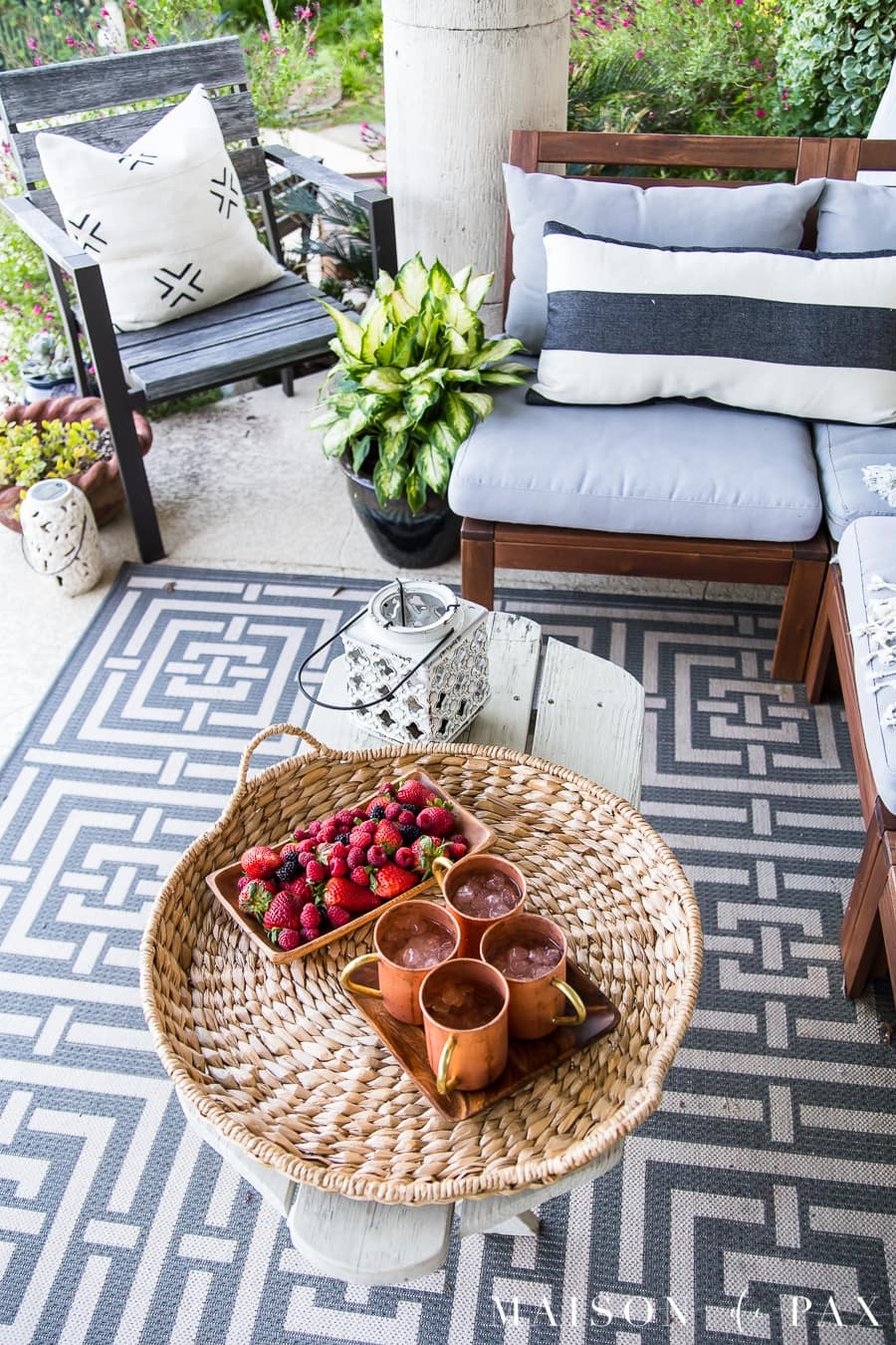Copper mugs and wooden plates are perfect for outdoor entertaining: get more outdoor decorating ideas! #outdoorliving #patio #patiodecor #blackandwhite #succulents #backporch #outdoorentertaining