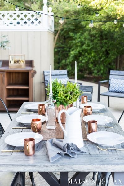 Casually elegant outdoor dining: get tips for beautiful, simple outdoor summer dining. #outdoordining #outdoorentertaining #summerentertaining