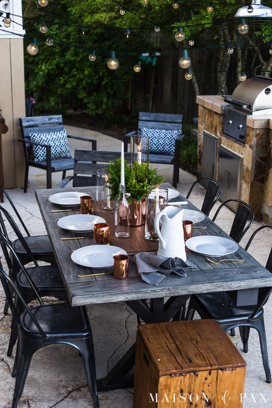 Casually elegant outdoor dining: get tips on creating a gorgeous, simple summer dining space! #outdoordining #outdoorentertaining #summerentertaining