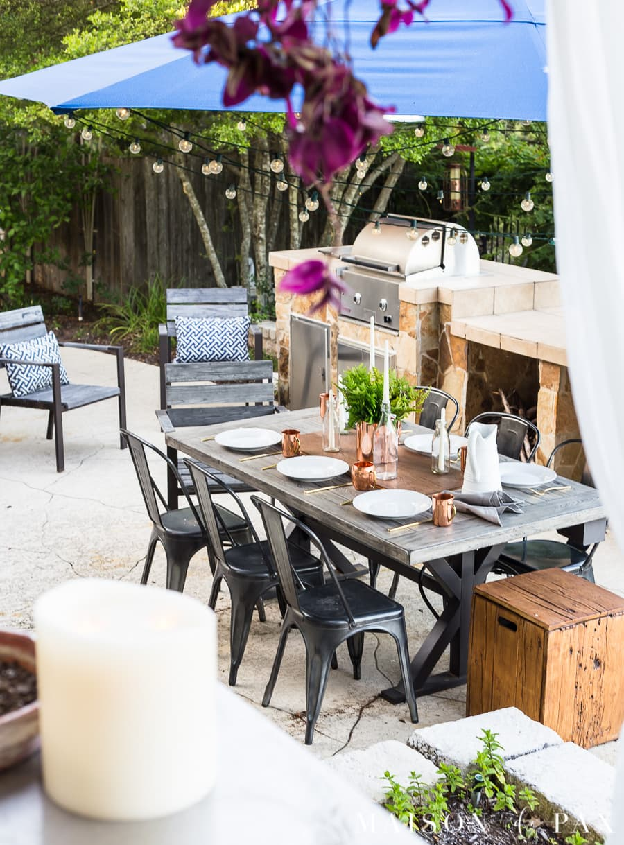 Tips on how to create a casually elegant outdoor dining experience #outdoordining #outdoorentertaining #summerentertaining #stringlights #outdoorumbrella