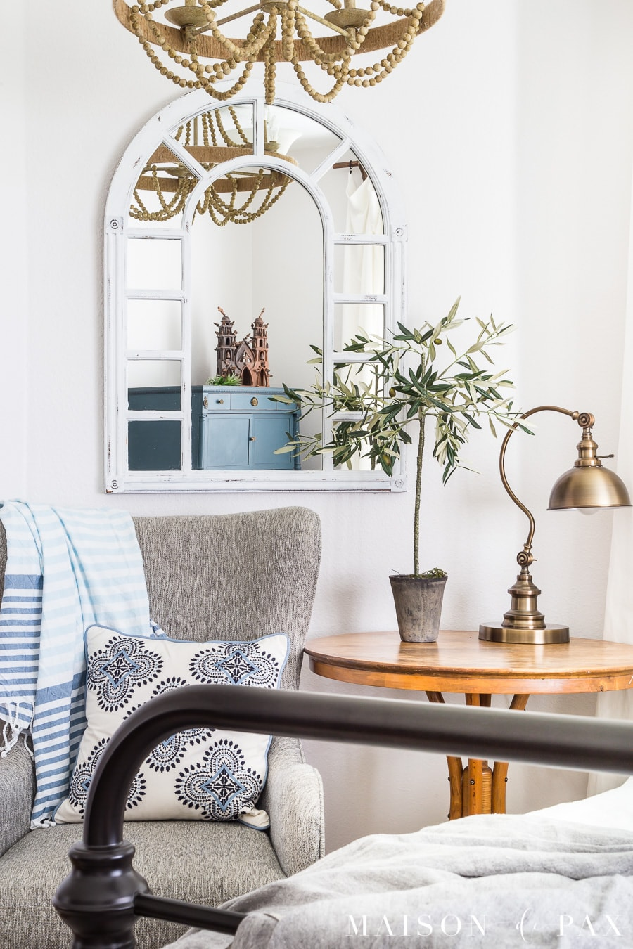 Efficient decorating ideas: mirrors. Find out which accessories are most versatile in your home! #efficiency #budgetfriendly #budgetdecor #decoratingideas #accessories #homedecor