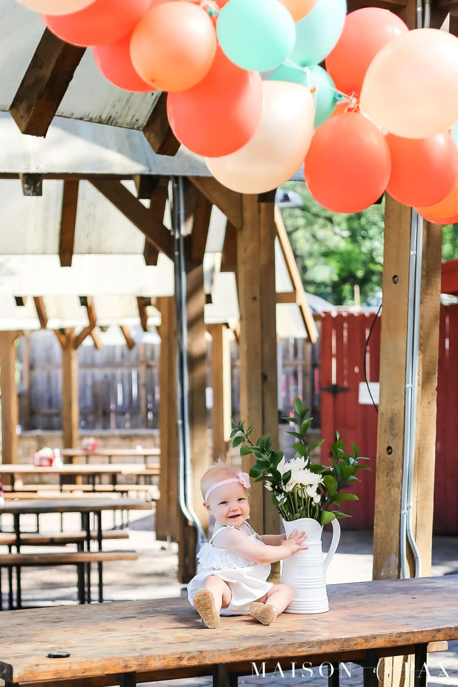 1 year old birthday party and balloon garland- Maison de Pax