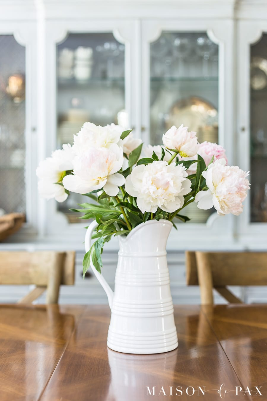 Peony centerpiece: Find out how to achieve a simple French Country dining room look. #frenchcountry #neutrals #diningroom #decorating #frenchfarmhouse #frenchdecor #diningroomdecor
