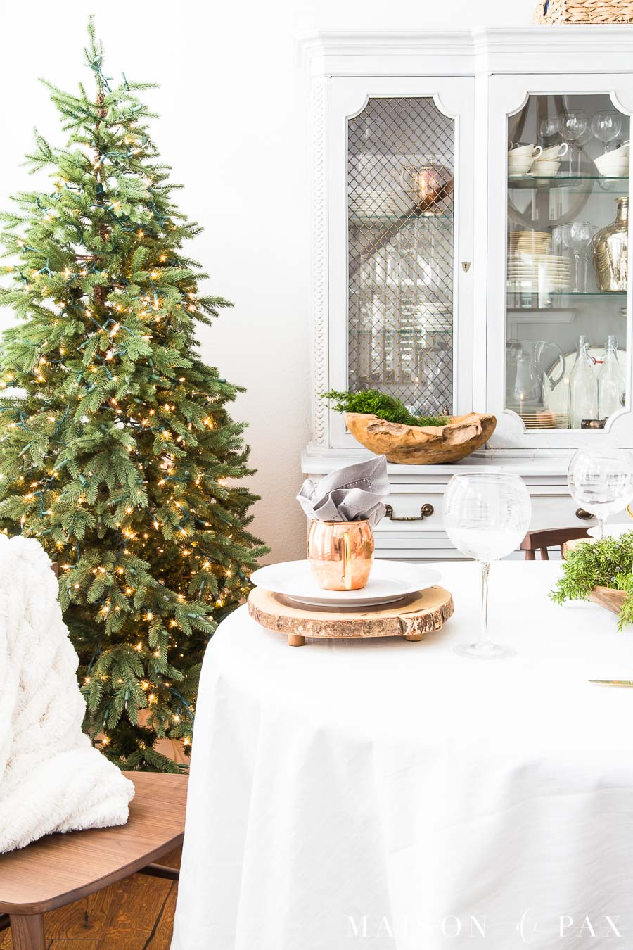 copper mugs with linen napkins and other rustic modern combinations create a beautiful modern farmhouse Christmas dining room