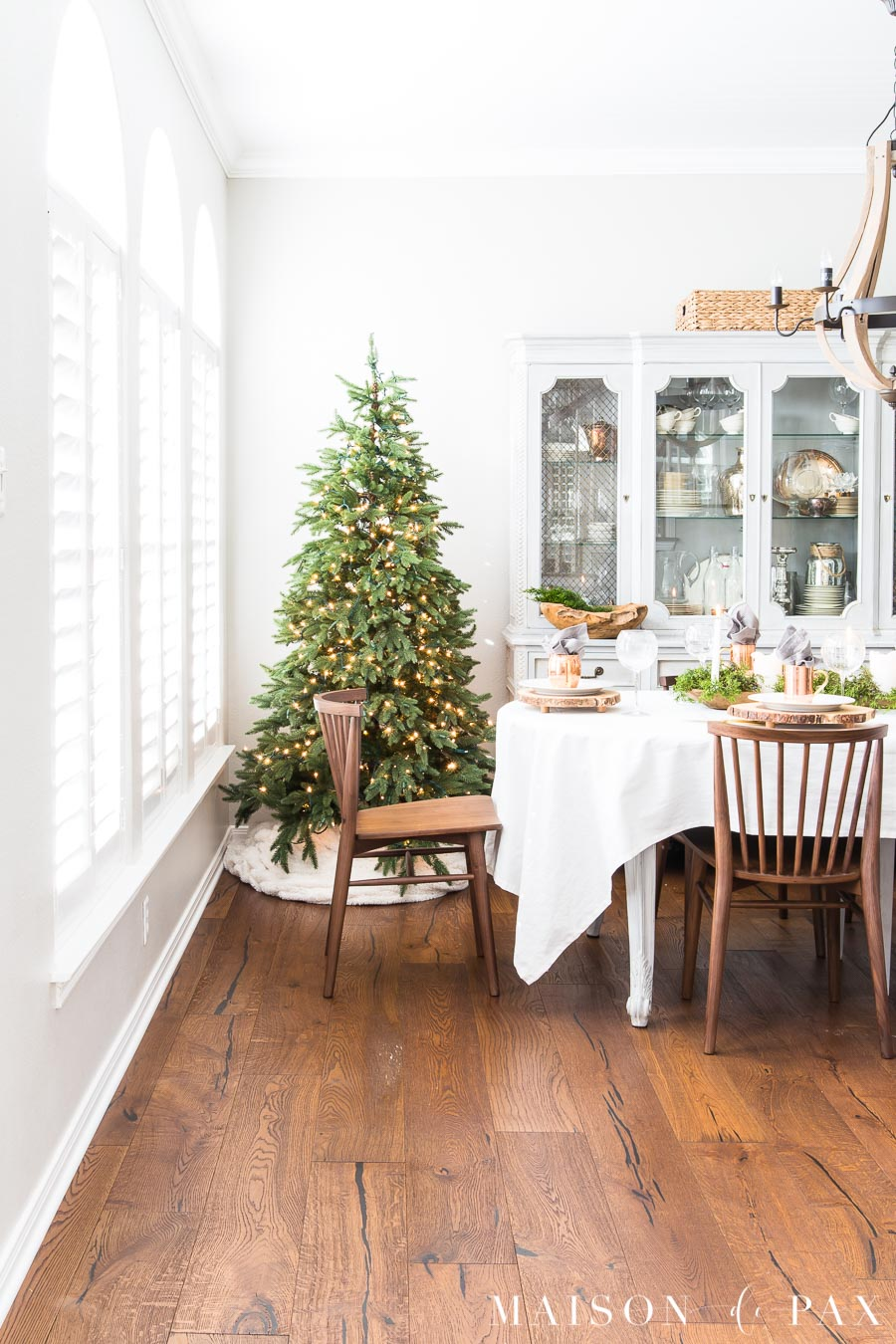 Simple White Themed Dining Room Design Ideas: Modern Farmhouse Christmas Dining Room