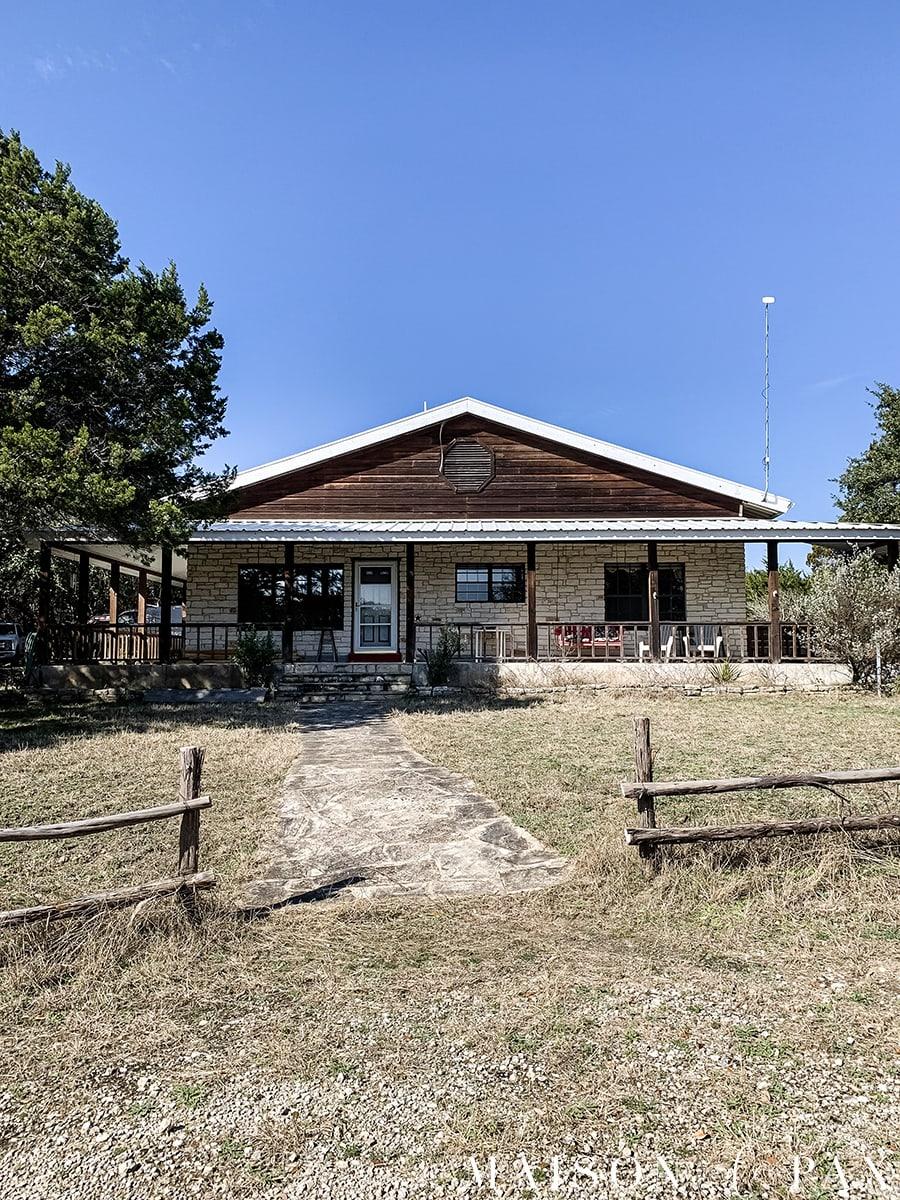 texas farmhouse with austin stone and cedar exterior   Maison de Pax