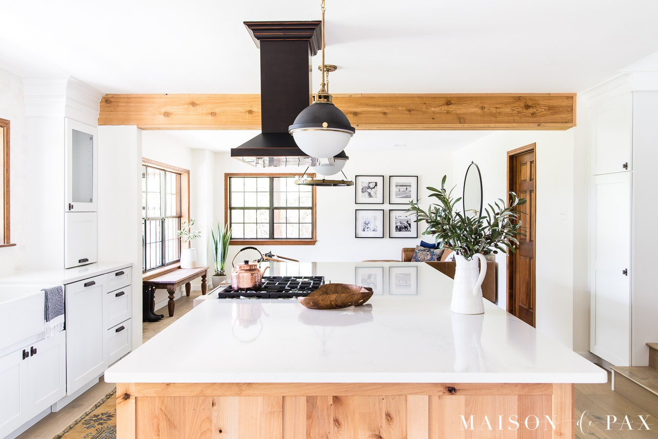 Mid-century modern kitchen with wood beams - Maison de Pax