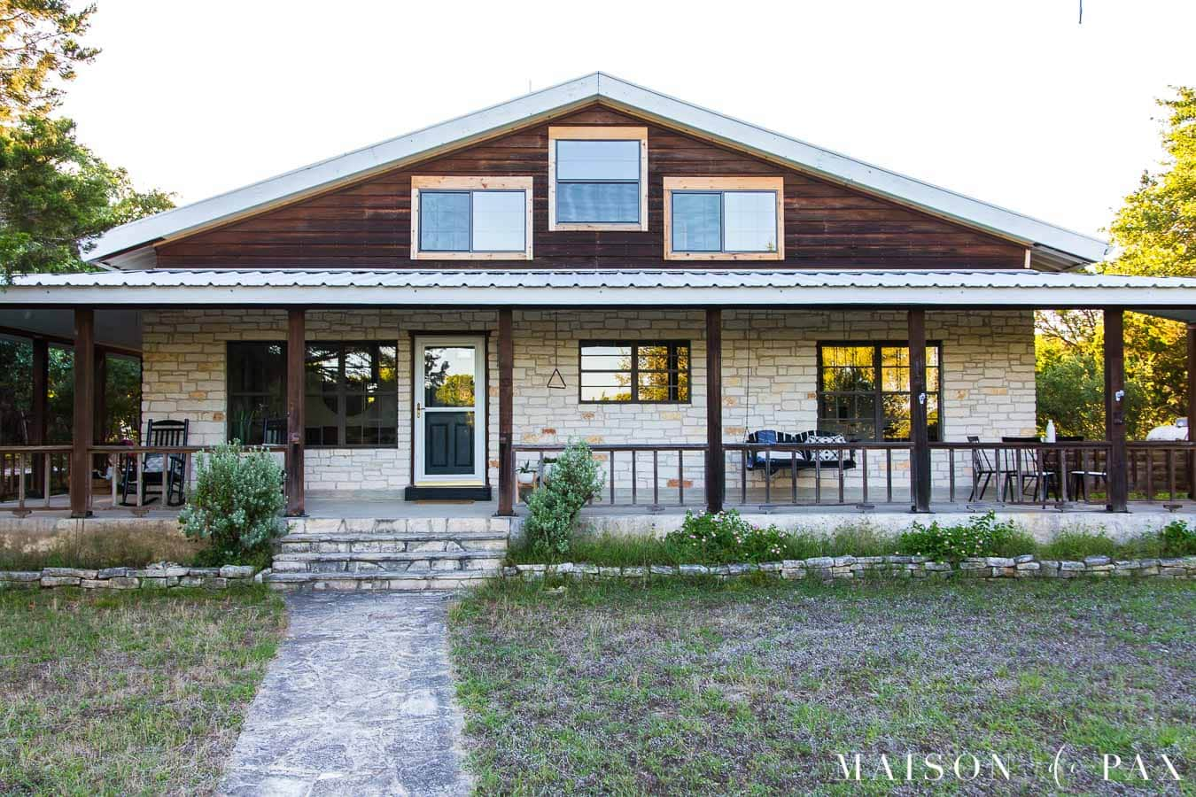 texas ranch facade with cedar posts and austin stone   Maison de Pax