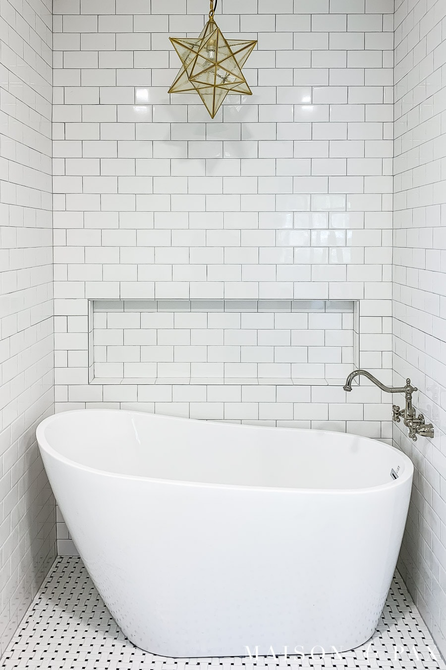 white subway tile bath surround with light gray grout